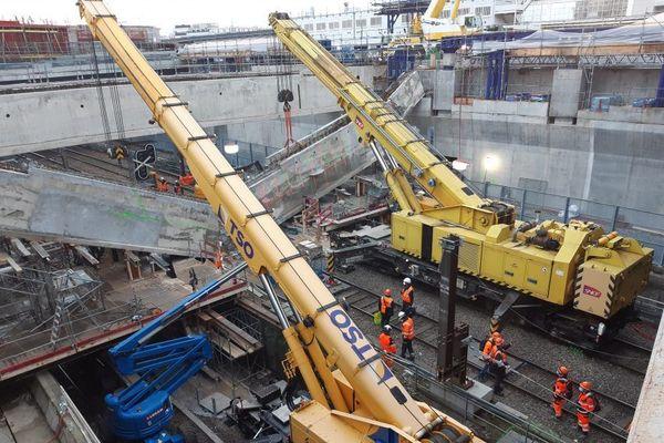Opération de déblaiement sur la ligne C du RER suite à l'effondrement d'une poutre
