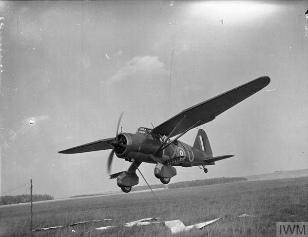 """Un Westland Lysander s'entraînant en 1940 à des missions """"pick up"""" à la base aérienne de Tilshead dans le sud de l'Angleterre."""