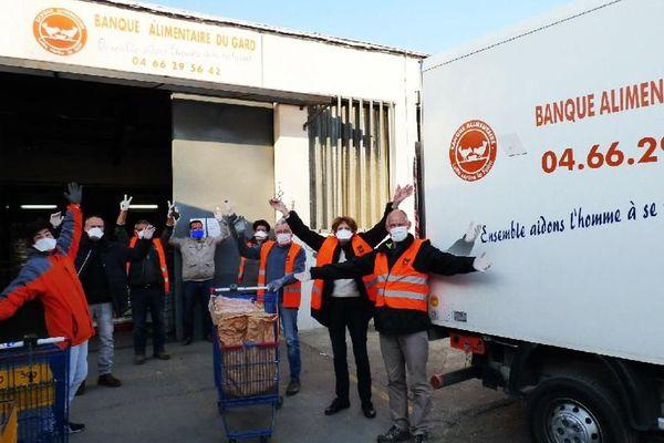 Les bénévoles de la Banque Alimentaire du Gard collectent les denrées pendant le confinement.