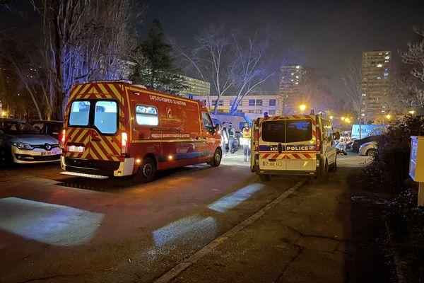 Les trois personnes impliquées dans l'accident ont été transportées à l'hôpital.
