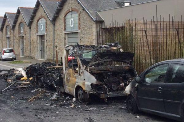 Une camionnette fait partie des véhicules incendiés