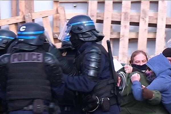 Evacuation musclée au centre pénitentiaire de Saran (Loiret)