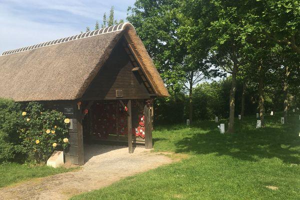 La reproduction fidèle de la grange où 80 soldats britanniques furent massacrés le 28 mai 1940 à la Plaine au Bois près du village d'Esquelbecq