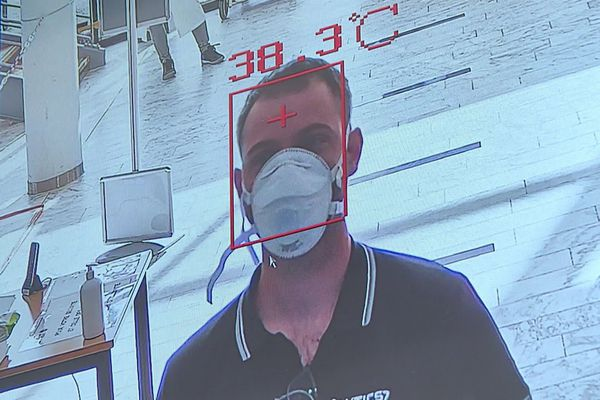 Deux entreprises mosellanes, Solutic57 et Procedo, proposent des caméras thermiques corporelles capables de détecter instantanément la fièvre chez des personnes potentiellement malades du Covid-19 en mesurant leur température.