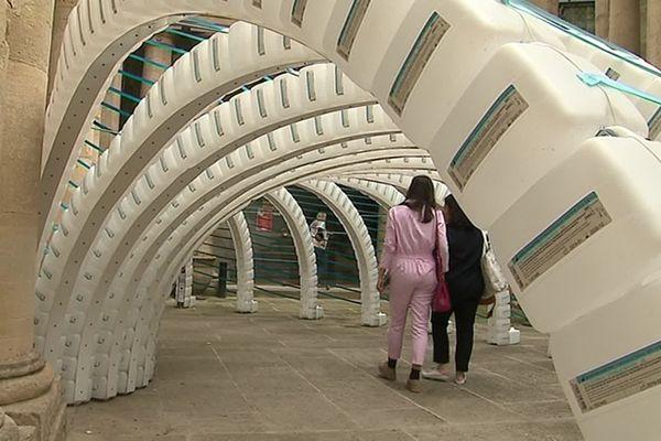 """Exemple d'installation à découvrir au centre historique de Montpellier :  """"The big waste""""  dans la Cour de l'Hôtel Saint-Côme. Une structure conçue avec des bidons d'eaux utilisés par les hôpitaux pour valoriser le déchet plastique et inciter à son recyclage."""