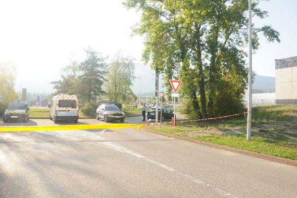 """C'est ici que la victime a été découverte sur le bord de ce rond-point de la Technopole d'Archamps. Les gendarmes ont aussitôt """"gelé"""" la scène."""