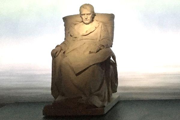 Statue en marbre de Vincenzo Vela représentant les derniers jours de Napoléon à Sainte-Hélène.