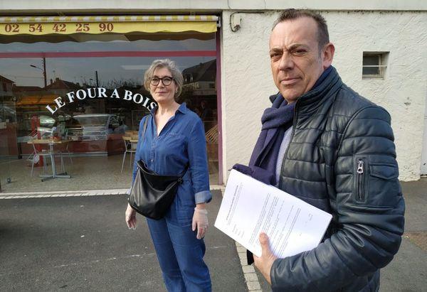 Marc Gricourt et une élue déposent des attestations de déplacement dérogatoires dans les boulangeries de Blois