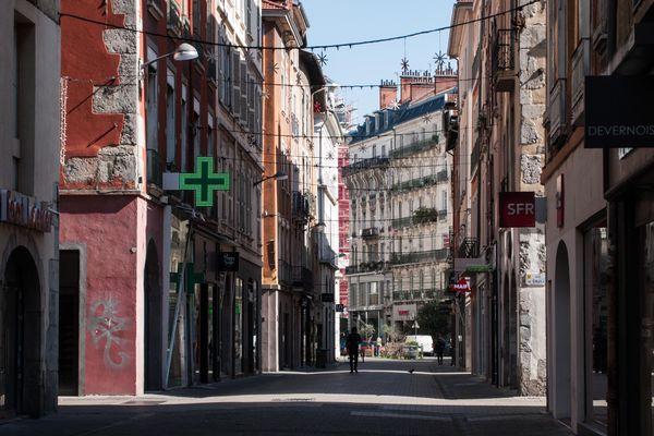 Les promeneurs ont déserté l'hypercentre de la capitale des Alpes, comme ici rue de Bonne.