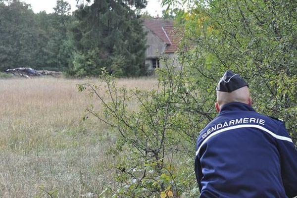 Gendarme surveillant une maison lors d'un exercice