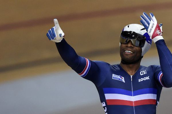 Grégory Baugé célèbre son titre de Champion du monde de la vitesse au vélodrome de Saint-Quentin-en-Yvelines, dimanche 22 février 2015