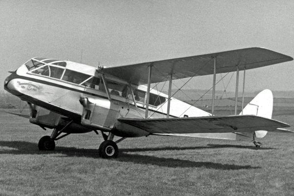 Un avion DH.84 Dragon de la compagnie Air Navigation & Trading à l'aéroport de Leeds, le 21 mai 1956. C'est un avion similaire qui a perdu sa cargaison au-dessus du Vimeu le 26 janvier 1935.