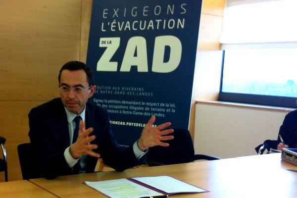Bruno Retailleau présente la pétition demandant l'évacuation de la Zad à Notre-Dame-des-Landes