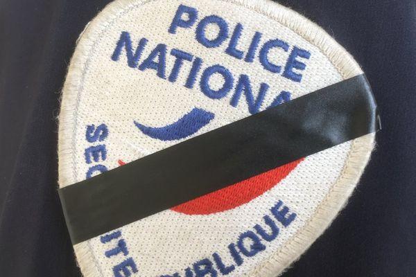Un écusson de la police nationale symboliquement barré pour rendre hommage au policier tué le 20 avril 2017 à Paris.