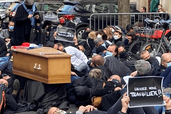 Deuxième confinement: à Lyon, les commerçants et indépendants en colère manifestent ce lundi matin (9/11/20) devant la préfecture du Rhône. Geste symbolique : autour des cercueils, les manifestants se couchent sur le sol pour signifier leur mort.