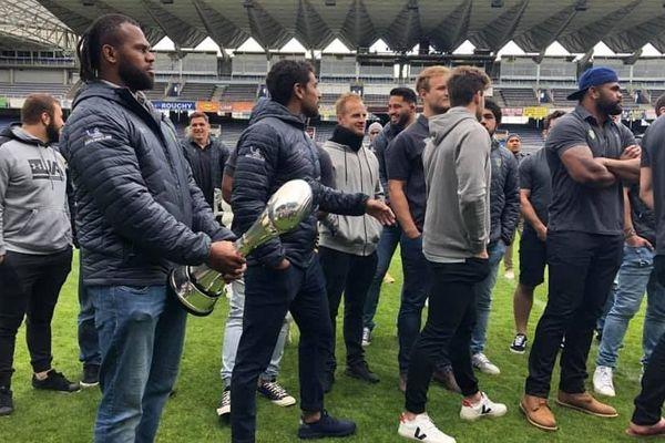 Les joueurs de l'ASM Clermont Auvergne ont présenté aux supporters la coupe du 3e Challenge européen de l'histoire du club, samedi 11 mai, au stade Marcel-Michelin de Clermont-Ferrand.
