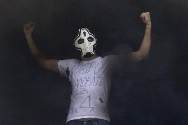 """Un supporter du Zenit Saint-Petersbourg avec un t-shirt où est écrit """"bienvenue en enfer"""", lors d'un match de championnat face au CSKA Moscou, à Saint-Petersbourg, le 21 septembre 2008."""