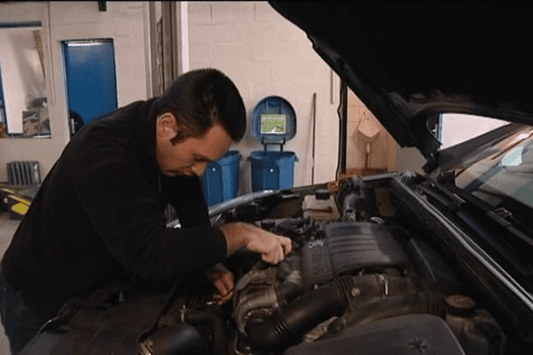 Ce client a réservé un emplacement pour une heure changer une durite et purger le liquide de frein de sa voiture. En cas de de pépin, un garagiste professionnel viendra lui prêter main forte.