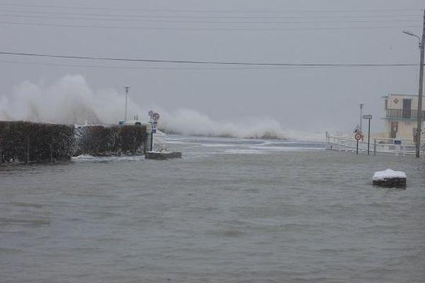 La mer a débordé à Ver-sur-mer (Calvados) mardi 12 mars 2013