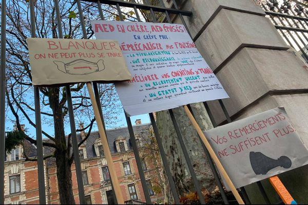 De nombreuses pancartes ont été déposées sur les grilles de la sous-préfecture de Saône-et-Loire.