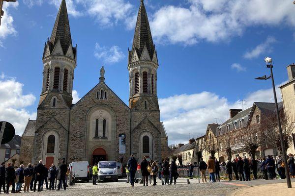 Les gendarmes avaient installé des barrières pour contenir la foule aux obsèques de Magali Blandin, à Bain-de-Bretagne (35).