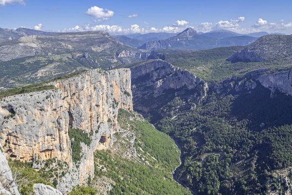 Le parc naturel régional du Verdon, très fréquenté en été est un milieu naturel fragile qu'il faut préserver.