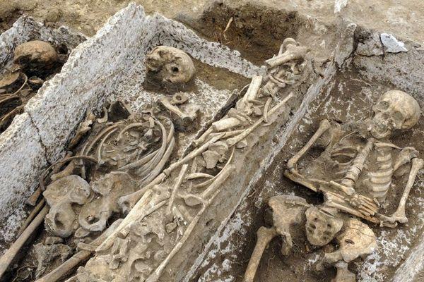 Un cimetière mérovingien et carolingien qui pourrait contenir de 3.000 à 5.000 tombes.