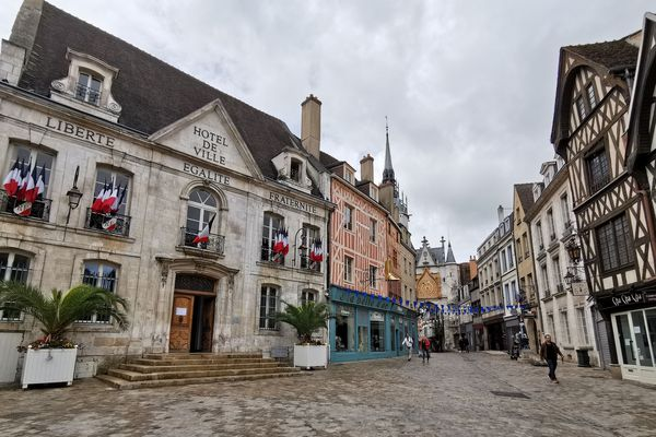 Le centre-ville d'Auxerre, avec le quartier de l'horloge et la mairie.