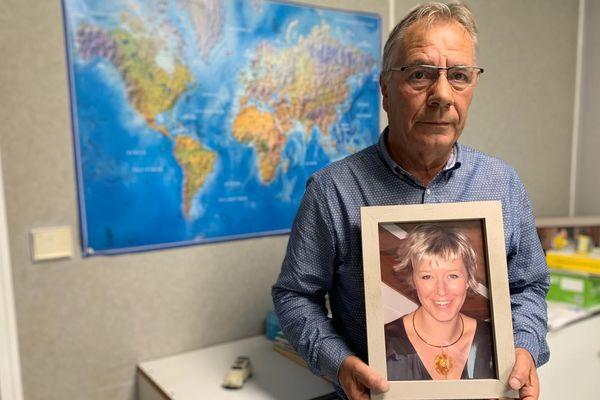 Michel Mommayou avec le portrait de sa fille Virginie