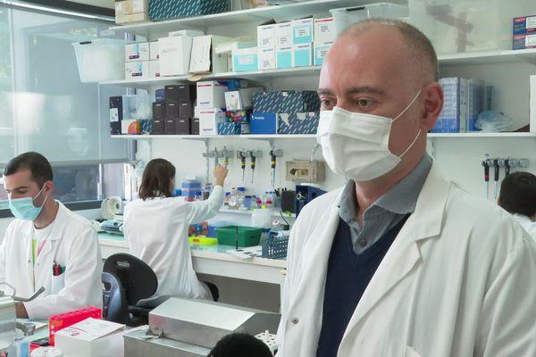 Olivier Neyrolles, avec son équipe, à l'Institut de pharmacologie et de biologie structurale, à Toulouse.