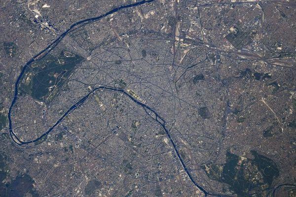La capitale française vue depuis la Station spatiale internationale. @Capture d'écran Twitter Thomas Pesquet / @Thom_astro
