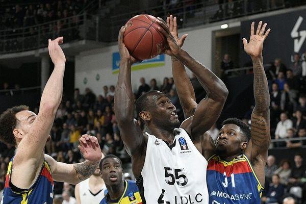 Basket - Eurocup : L'ASVEL recevait Andorre. Charles Kahudi (Asvel) à la lutte avec Dylan Ennis(Andorre) au cours du match 3 des 1/4 de finale de l'Eurocup de basket entre l'Asvel (en blanc) et Andorre (en bleu) à l'Astroballe de Villeurbanne.   13/03/2019