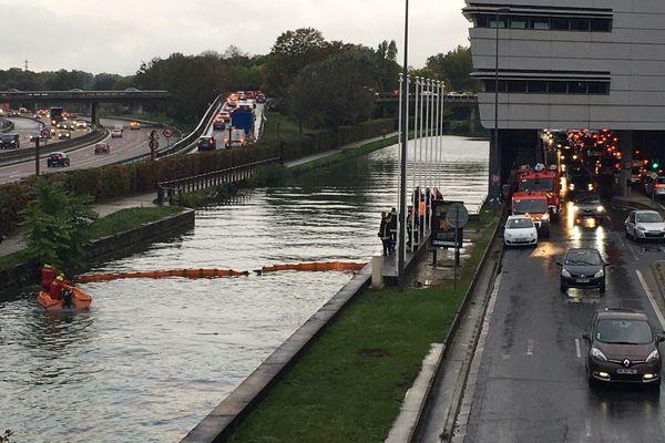 Les pompiers ont mis en place un barrage dans le canal pour contenir la pollution.