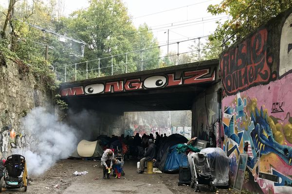 9 familles roumaines ont établi un campement dans le parc du Puits Couriot, à Saint-Etienne