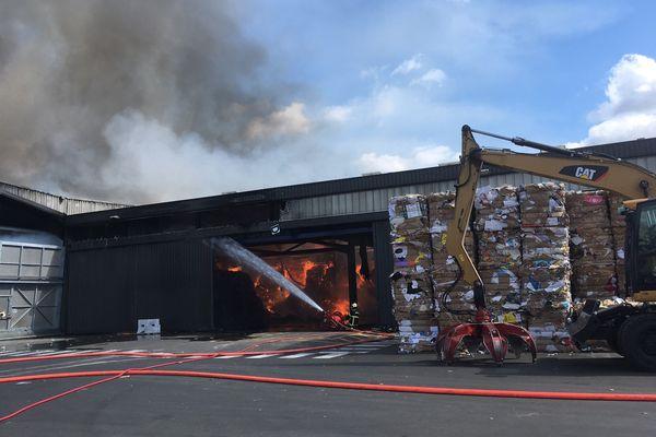 Un incendie a ravagé les 2500 m2 de stockage de l'entreprise Echalier à Clermont-Ferrand