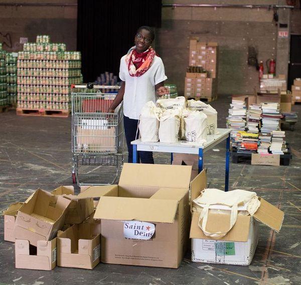 Aïcha prépare des colis solidaires pour bébés dans l'entrepôt de MamaMa