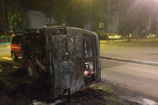 Une voiture inceniée dans la quartier du Breil à Nantes dans la nuit du 3 au 4 juillet 2018