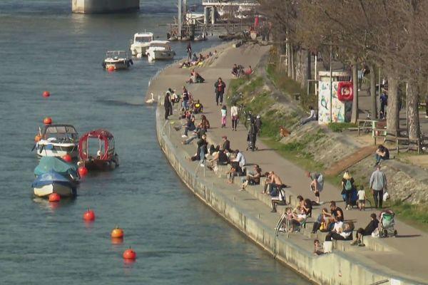 A Bâle, les habitants sont dehors malgré les recommandations du Conseil fédéral.