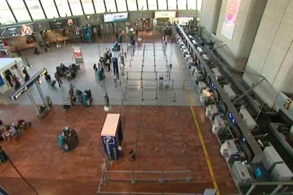 Sur le marché national, l'aéroport niçois enregistre une chute de 4,7% du trafic, qui atteint 4,3 millions de passagers, et une baisse de 8,7% des sièges offerts sur ce même marché.