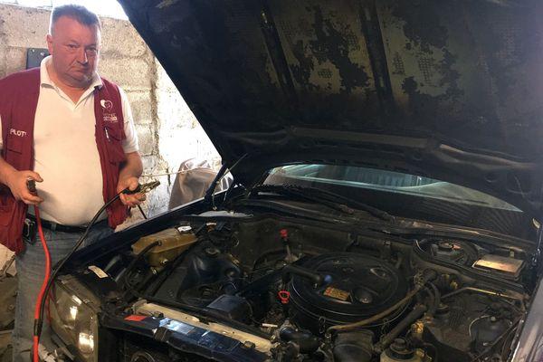 Si en ce moment, votre batterie, comme votre moral, est à plat, des solutions existent pour booster votre véhicule et redémarrer du bon pied. Pascal Mélin, amateur de voitures anciennes. Ardennes.