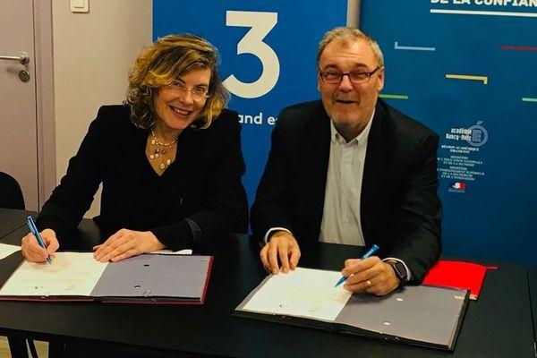 Signature de la convention par Florence Robine, rectrice de la région académique Grand Est et de l'Académie de Nancy-Metz et Jean-Marc Dubois, secrétaire général du réseau régional de France 3