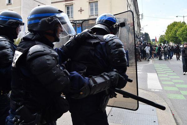 """La manifestation """"ni pour Marine Le Pen, ni pour Emmanuel Macron"""" a été marquée par des affrontements entre manifestants et forces de l'ordre."""
