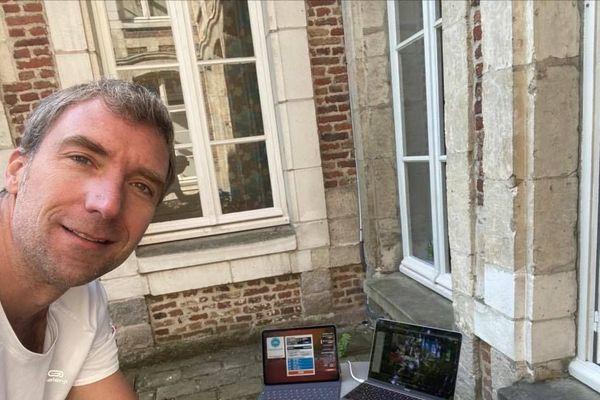 L'entrepreneur et cycliste Cyril Delbecq était installé dans son jardin pour sa partie de l'Ironman confiné.