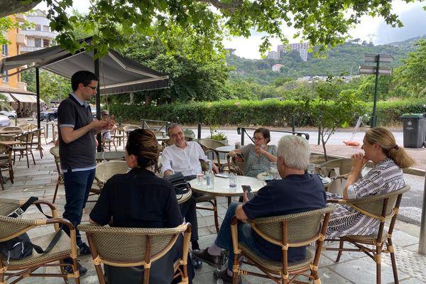 """Petru Antone Tomasi (à gauche) et Josepha Giacometti (à gauche, de dos) feront partie de la liste de fusion """"Avenzemu pè a Corsica"""", contraitement au président sortant de l'Assemblée de Corse, Jean-Guy Talamoni."""