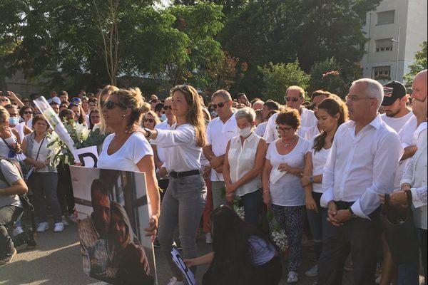 Plusieurs milliers de personnes ont participé à la marche blanche en hommage au chauffeur de bus agressé.