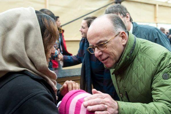 """Le ministre de l'Intérieur Bernard Cazeneuve était à Grande-Synthe lundi pour annoncer un accord autour du camp de """"La Linière""""."""