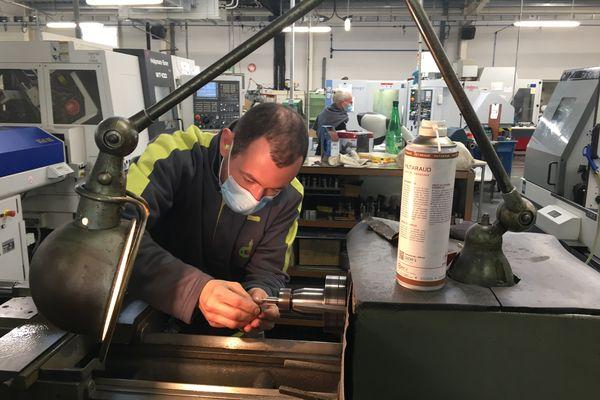 Un opérateur en micro-mécanique chez Debitex à Brive.