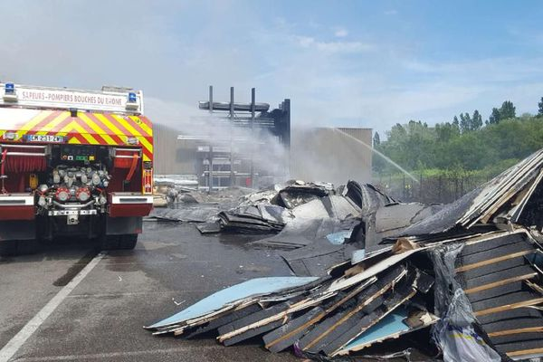 Les sapeurs-pompiers des Bouches-du-Rhône sont intervenus sur un incendie dans un entrepôt à Vitrolles.