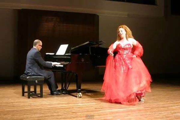 La soprano Angela Papale, accompagnée au piano par Fabio Marra (Illustration)