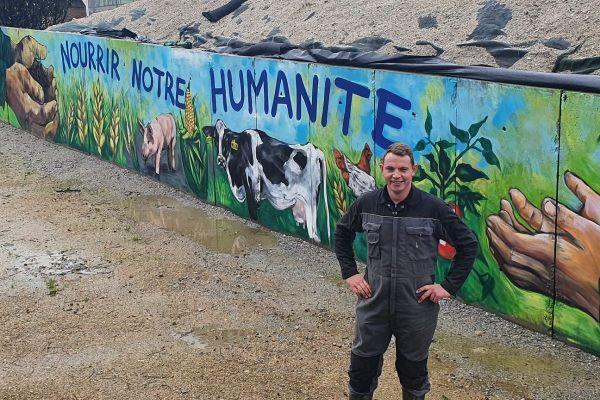 Guillaume Divanach, devant la fresque signé Heol, qu'il a fait peindre pour répondre aux antispécistes